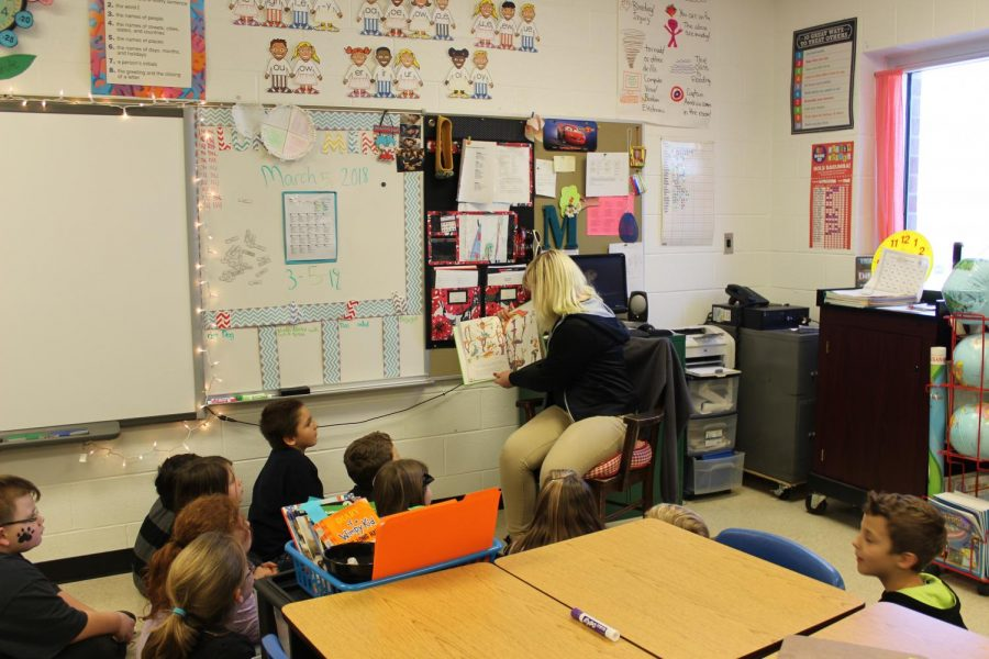 Malayna Elrod reading to one of the 2nd grade classes