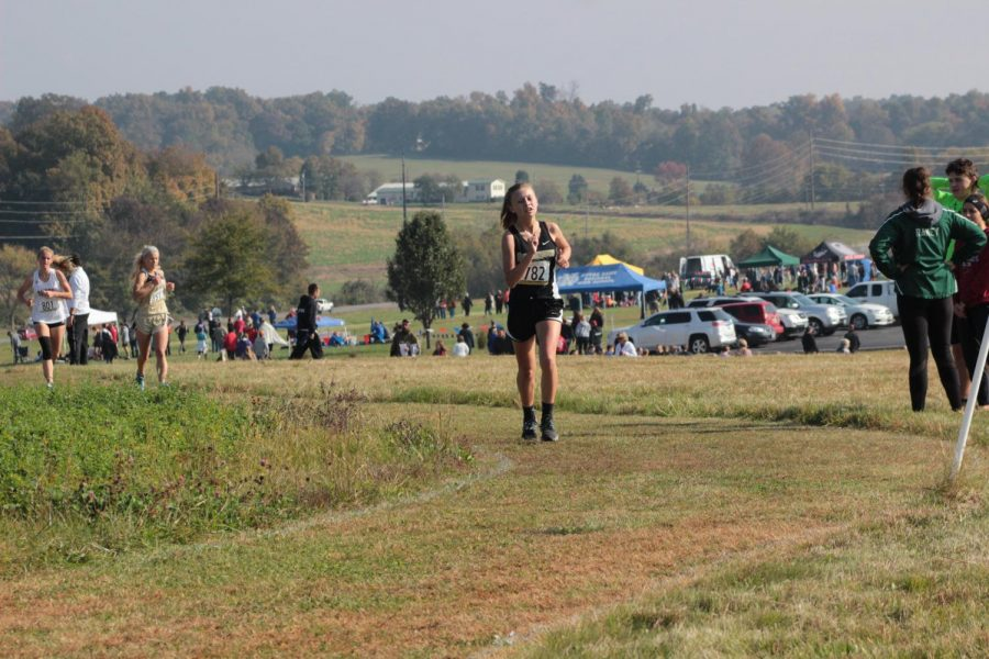 Ava Laut starting her race in cross country