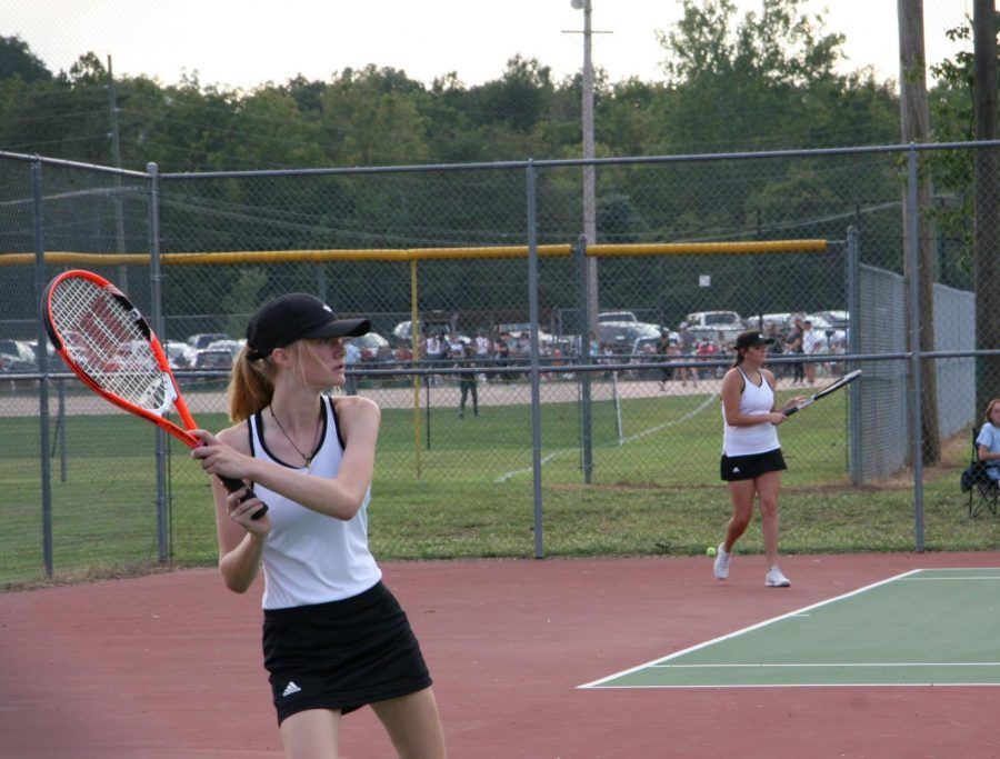 Junior+Liz+Hinkle+prepares+to+return+a+ball+after+an+opponent+hits+it+to+her.