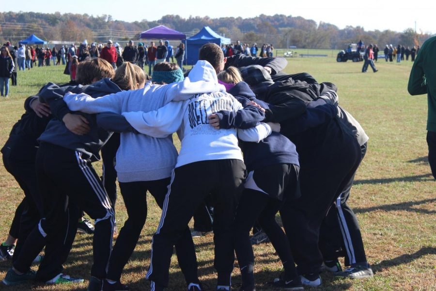 The+cross+country+team+huddled+together+one+last+time+before+districts.